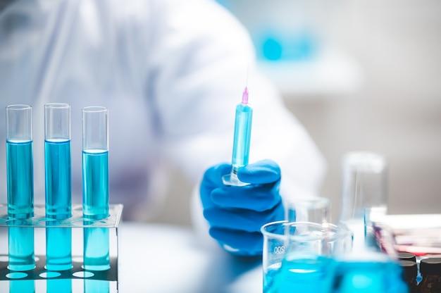 Naukowcy Naukowcy Pracujący Nad Analizą Z Niebieską Probówką W Laboratorium, Chemia Lub Technologia Eksperymentów Z Biologii Medycznej, Rozwiązanie Do Rozwoju Farmacji Premium Zdjęcia