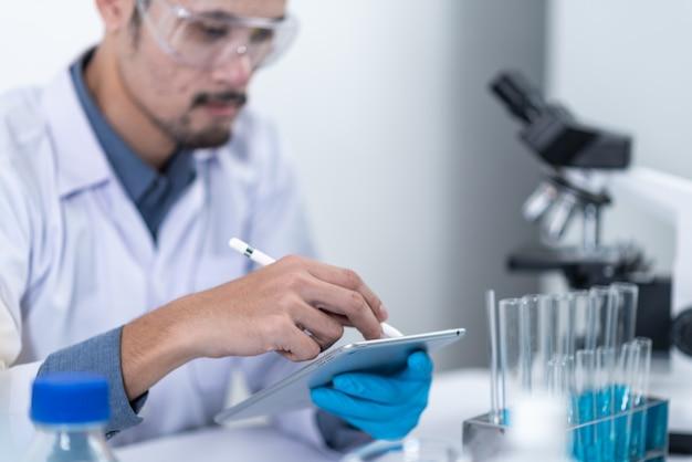 Naukowcy pracują z cyfrowym tabletem w laboratorium