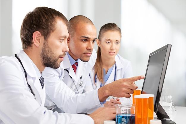 Naukowcy pracujący na komputerze w laboratorium.