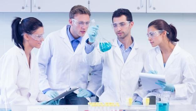 Naukowcy pracujący nad eksperymentem w laboratorium