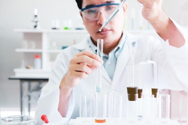 Naukowcy pracujący w laboratorium