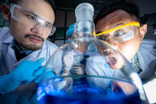 Naukowcy prowadzący badania w laboratorium