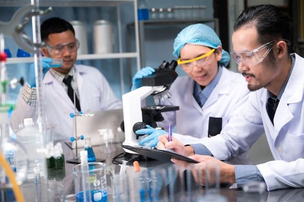 Naukowcy przeanalizowali wyniki danych w laboratorium naukowym.