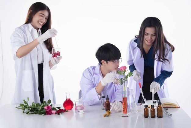 Naukowcy przeprowadzający eksperymenty w laboratorium, zespół naukowców w dziedzinie ekstraktów chemicznych i naturalnych, aromatyczne badania podstawowe w teście laboratoryjnym