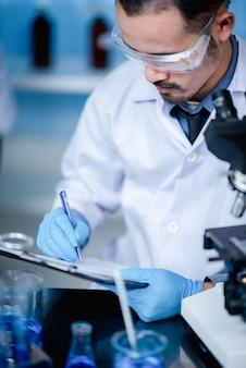 Naukowcy rejestrują dane i analizują wyniki badań laboratoryjnych.