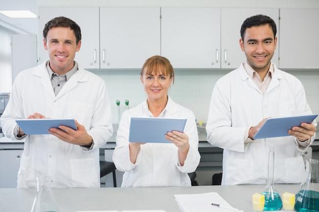 Naukowcy używający tabletów w laboratorium