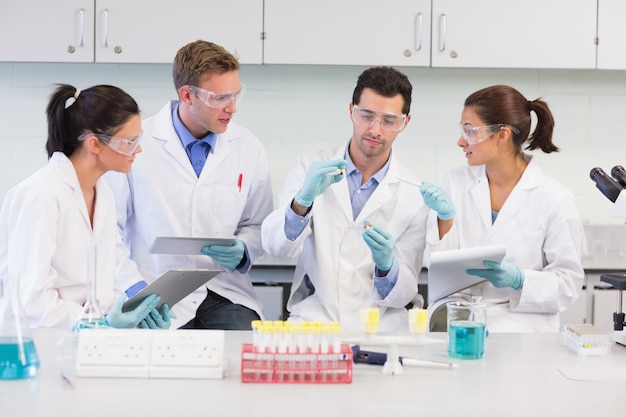 Naukowcy z tabletem pc pracujący nad eksperymentem w laboratorium