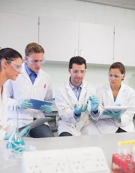 Naukowcy z tabletem pc pracuje nad eksperymentem w laboratorium