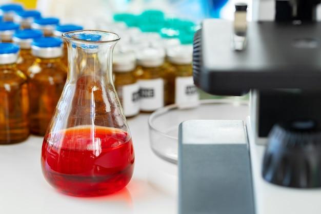 Naukowe badania zdrowotne z mikroskopem w laboratorium medycznym
