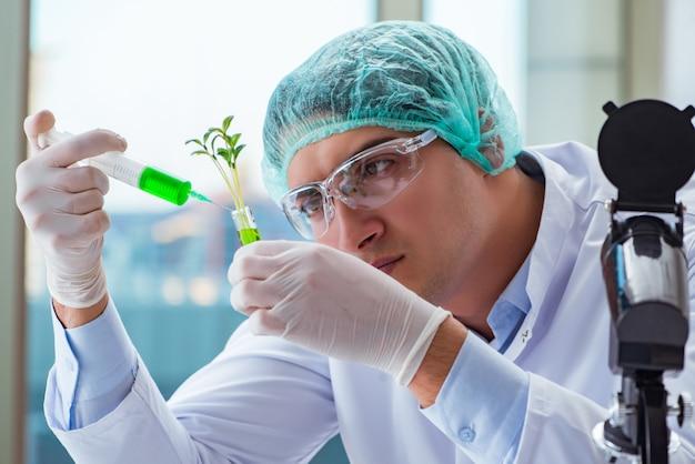 Naukowiec biotechnologii pracujący w laboratorium