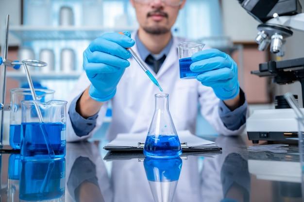 Naukowiec chemik opracowuje antyseptyczny alkohol, produkt alkoholowy dla antywirusowego covid-19