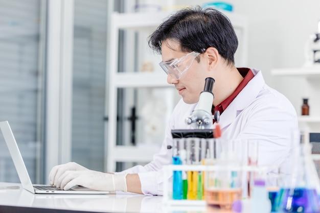 Naukowiec lekarz lub technolog laboratorium medycznego pracujący online w szpitalnym laboratorium medycyny