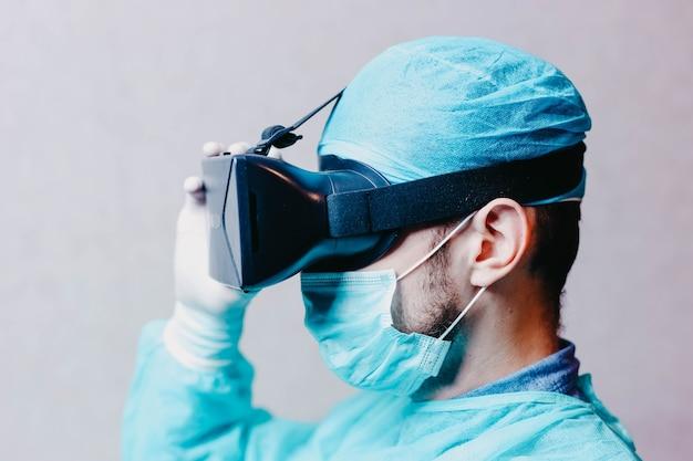 Naukowiec lekarz z okularami rozszerzonej rzeczywistości 3d vr