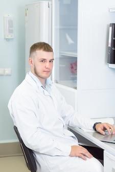 Naukowiec lub genetyk korzystający z laptopa