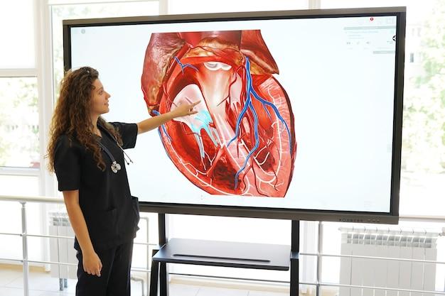 Naukowiec lub student medycyny pracujący z komputerem w laboratorium z narządami ludzkimi