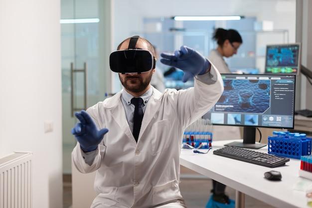 Naukowiec medycyny robi wirtualną symulację szczepionki wirusowej w zestawie słuchawkowym vr. zespół badaczy zajmujących się sprzętem urządzenia, przyszłością, medycyną, opieką zdrowotną, profesjonalną, wizją, symulatorem.