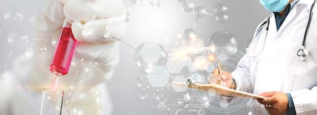 Naukowiec posiadający płynną próbkę biologiczną. koncepcja instytutu badawczego technologii medycznej