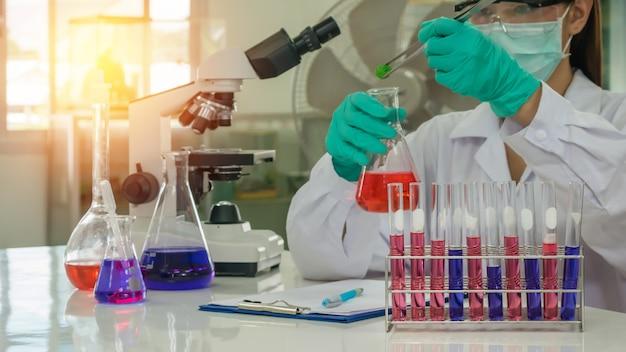 Naukowiec pracujący w laboratorium