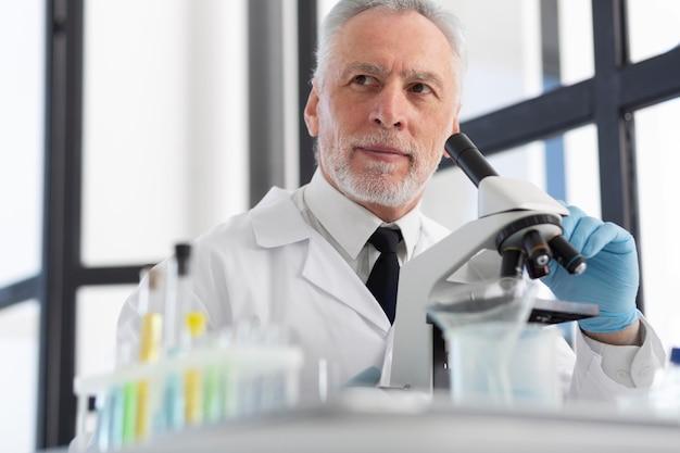 Naukowiec pracujący z mikroskopem