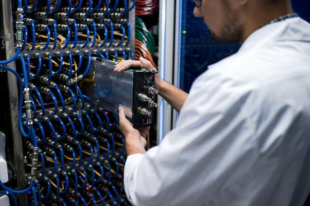 Naukowiec pracujący z superkomputerem