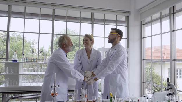 Naukowiec pracuje z wyposażeniem naukowym w laboratorium. koncepcja badań naukowych.