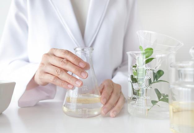 Naukowiec produkuje w laboratorium alternatywne leki ziołowe z ziołowymi składnikami organicznymi.
