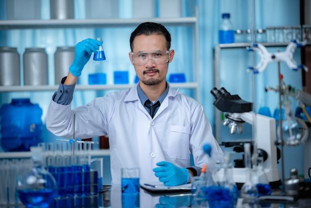 Naukowiec robi badania w laboratorium