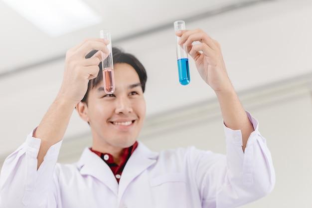 Naukowiec szczęśliwy, że udało się odkryć nową formułę leku