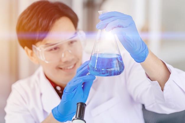 Naukowiec szczęśliwy, że udało się odkryć nowy płyn chemiczny o formule leku przeciwwirusowego