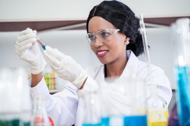 Naukowiec w laboratorium, trzymając probówkę. medyczna technologia opieki zdrowotnej i koncepcja badań i rozwoju farmaceutycznego