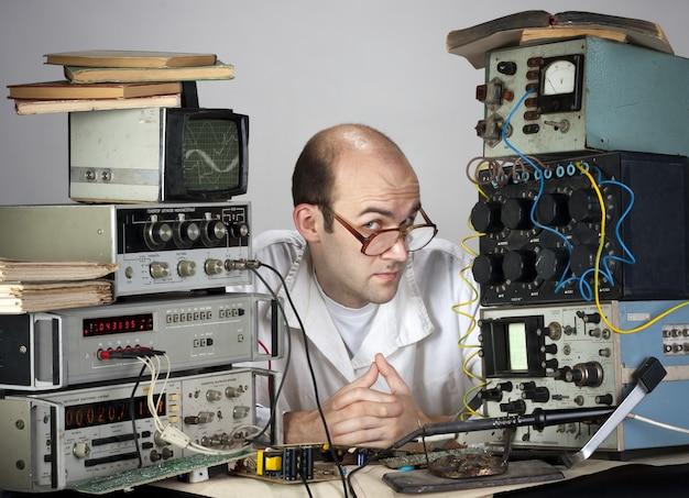 Naukowiec w laboratorium vintage