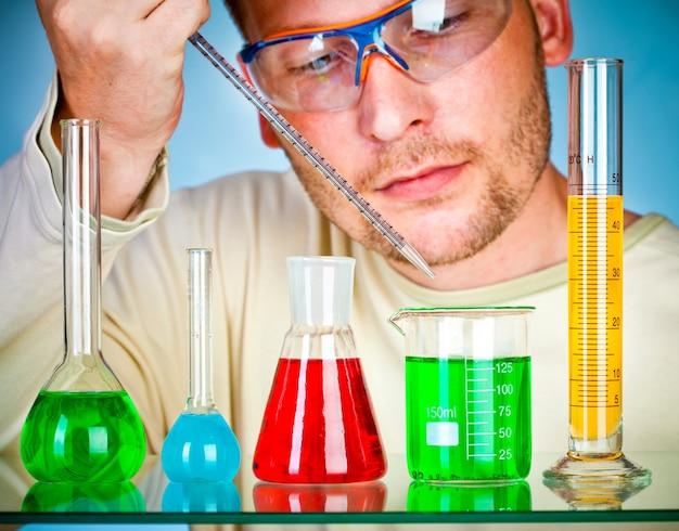 Naukowiec w laboratorium z probówkami
