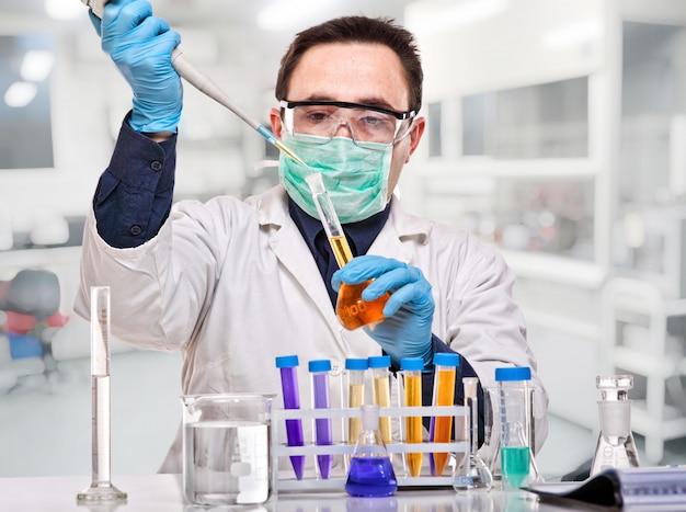 Naukowiec w pracy
