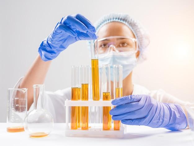 Naukowiec wlewając olej organiczny.