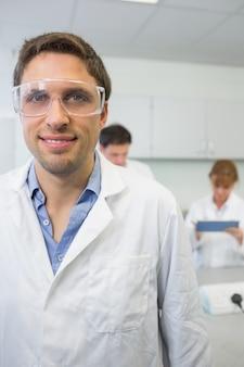Naukowiec z kolegami w pracy w laboratorium