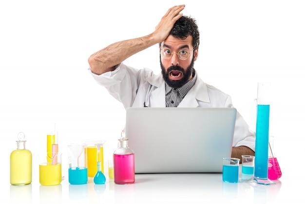 Naukowiec z laptopem robi gest niespodzianka