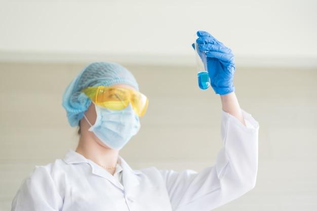 Naukowiec z probówką pracujący w laboratorium