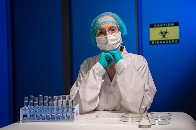 Naukowiec zajmujący się wirusologią medyczną pracuje w sterylnym laboratorium high-tech.