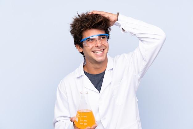 Naukowy młody człowiek nad odosobnioną ścianą