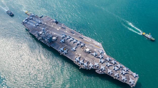 Navy nuclear aircraft carrier, wojskowy marynarka wojenna przewoźnik pełny załadunek myśliwca, widok z lotu ptaka.