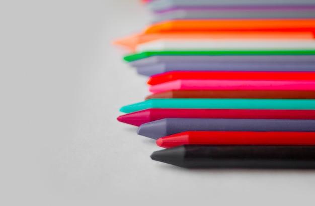 Nawet rząd ołówków woskowych. skopiuj miejsce.