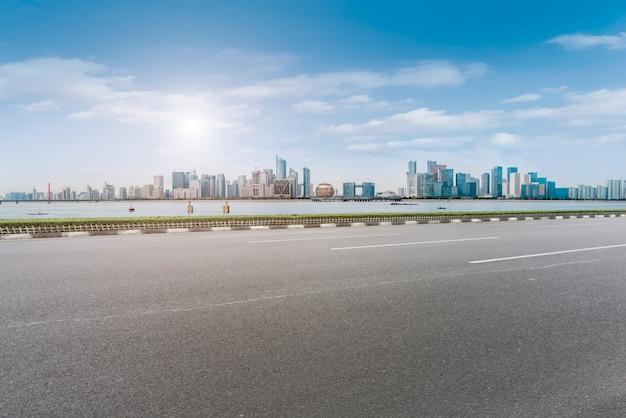 Nawierzchnia asfaltowa na autostradzie budynek miejski budynek biurowy budynek biurowy