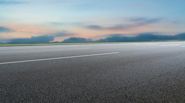 Nawierzchnia drogi i naturalny krajobraz nieba
