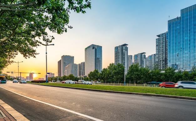Nawierzchnia drogi i nowoczesny budynek w dzielnicy finansowej jinan