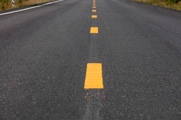 Nawierzchnia drogi wyznaczająca nowy pas ruchu. (tło, tekstura)