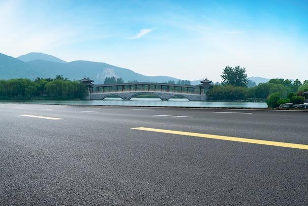 Nawierzchnia drogowa i naturalny krajobraz krajobrazu
