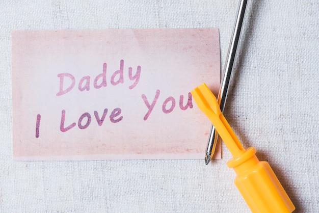Nawierzchnia z śrubokręty i notatki na dzień ojca