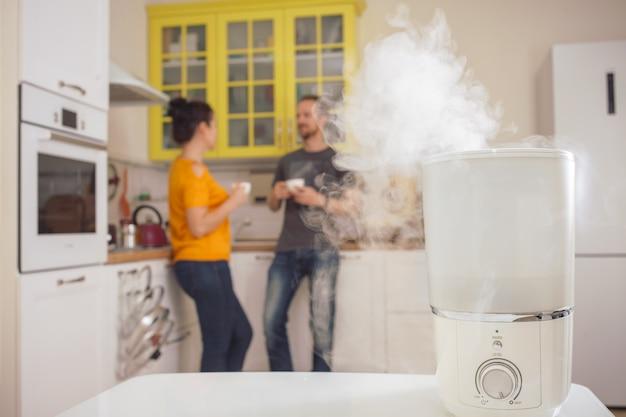 Nawilżacz w kuchni. mężczyzna i kobieta w tle