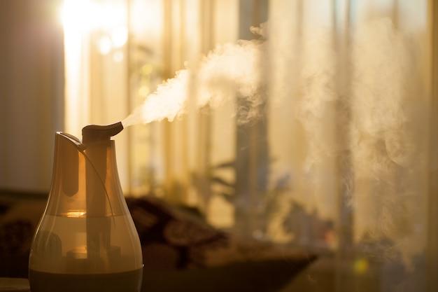 Nawilżacz w salonie o zachodzie słońca