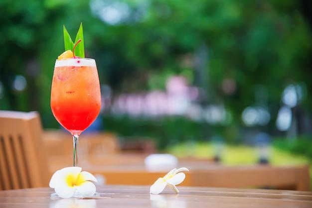 Nazwa przepisu koktajlowego mai tai lub mai thai koktajl na całym świecie to rumowy sok z limonki orgeat syrop i likier pomarańczowy - słodki napój alkoholowy z kwiatem w ogrodzie relaks koncepcja wakacji